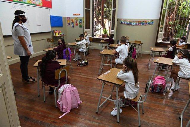Archivo - Niños atienden a clases en medio de la pandemia del coronavirus en Argentina