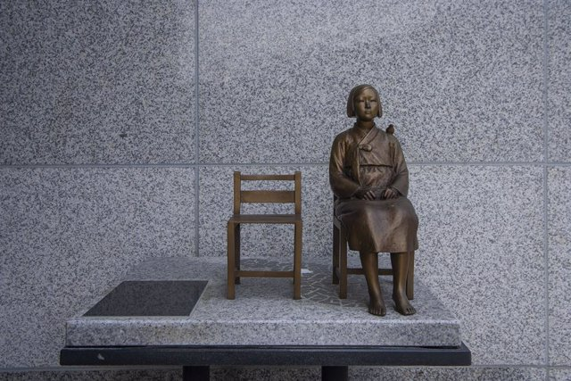 Archivo - 13 August 2019, South Korea, Gwangju: A sculpture of WWII Japanese military comfort woman can be seen at the House of Sharing, one day ahead of the International Memorial Day for Comfort Women. House of sharing is shelter for victims of Japanese