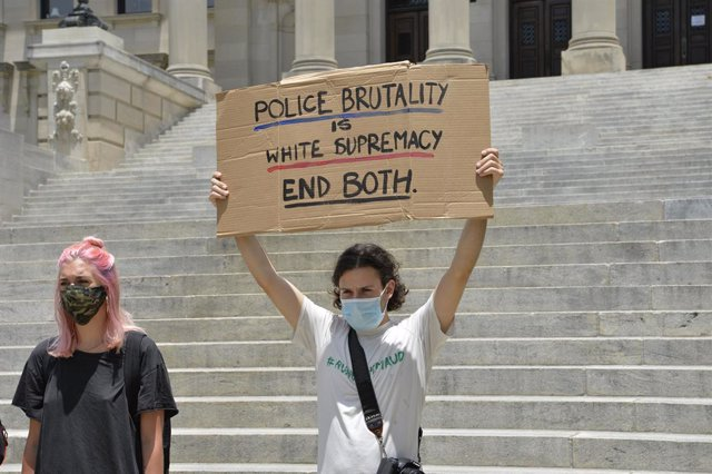 Archivo - 29 May 2020, US, Jackson: Protestors from Black Lives Matter and ACAB gather at the Mississippi State Capitol to protest the brutal murder of George Floyd by white police officers in Minnesota. Photo: Suzi Altman/ZUMA Wire/dpa