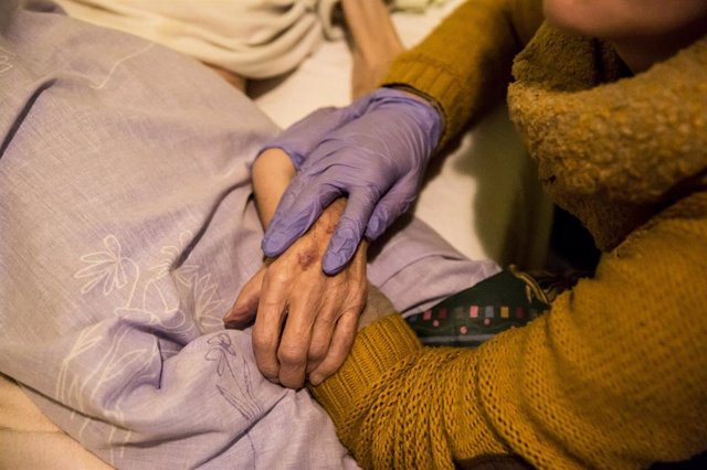 Archivo - L'enfermera d'atenció domiciliària del CIS Cotxeres proporciona cures paliatives a personas en procés de final de vida. Paliatius