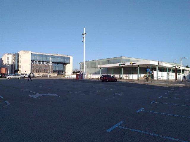 Aparcamiento de zona ORA junto a los juzgados y la estación provisional de Sanz Crespo, en Gijón