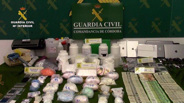 Cocaína, dinero y otros objetos incautados por la Guardia Civil.