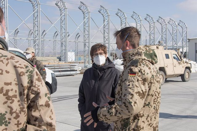 Archivo - HANDOUT - 26 February 2021, Afghanistan, Mazar-i-Sharif: German Defence Minister Annegret Kramp-Karrenbauer (C) is briefed a member of the German Armed force (Bundeswehr) on the progress of the construction of the new hangar for the Heron TP dro