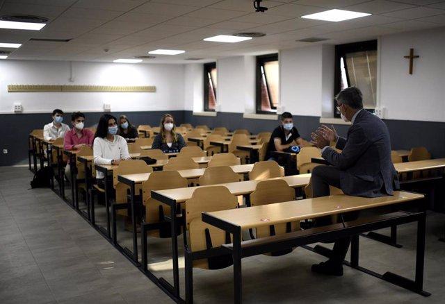 Archivo - Un profesor da clase a sus alumnos en la Facultad de Humanidades y Ciencia de la Comunicación de la Universidad privada CEU San Pablo durante el primer día del curso 2020-2021