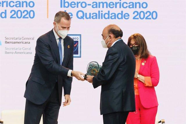 El presidente de Santander España, Luis Isasi, recoge el premio Iberoamericano de la Calidad 2020 de la mano del Rey Felipe VI