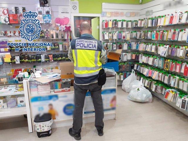 La Policia Nacional deté cinc propietaris d'establiments a Alacant que tenien la venda més de 3.300 efectes de telefonia falsificats