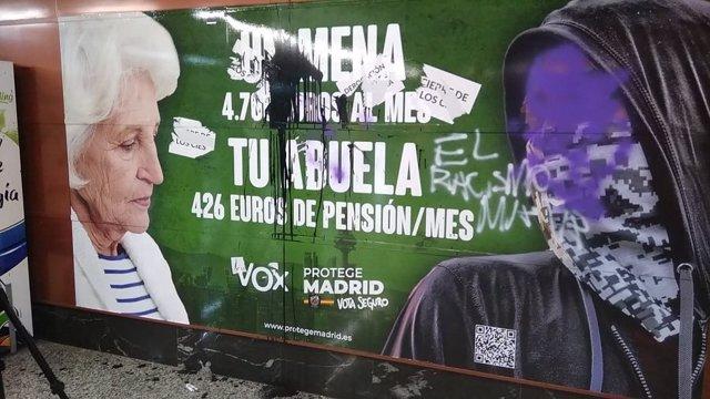 Cartel de Vox en la estación de Cercanías de Sol tras ser vandalizado.
