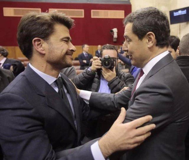 Archivo - El portavoz local del PP de Sevilla, Beltrán Pérez, con Juanma Moreno, en una foto de archivo.