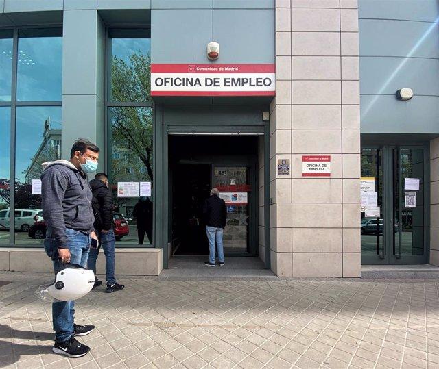 Varias personas esperan en las inmediaciones de una oficina del SEPE