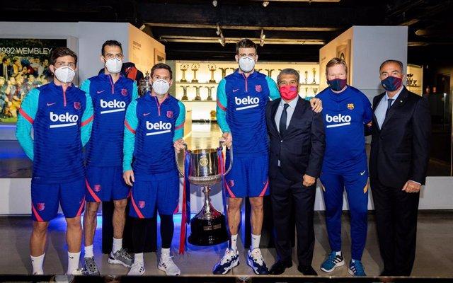 Sergi Roberto, Sergio Busquets, Leo Messi, Gerard Piqué, Joan Laporta, Ronald Koeman y Rafa Yuste entregan la Copa del Rey 2021 al Museo del Barça