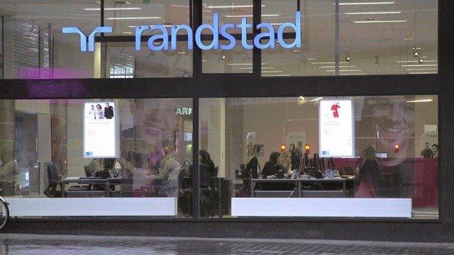 Archivo - Logotipo de Randstad en un edificio.