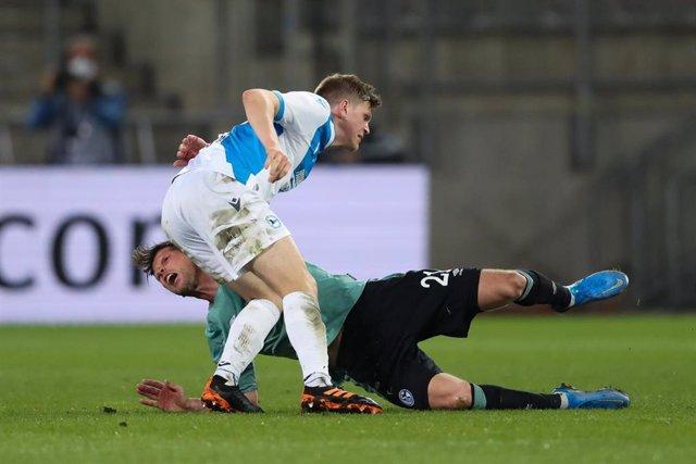 Los jugadores del Schalke fueron agredidos tras descender a la segunda división alemana.