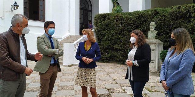 La delegada territorial de Educación y Deporte de la Junta de Andalucía en Córdoba, Inmaculada Troncoso (centro), visita el IES Maimónides.