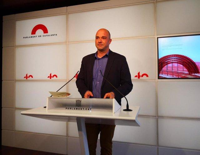 Arxiu - Raúl Moreno (PSC) en una roda de premsa al Parlament.
