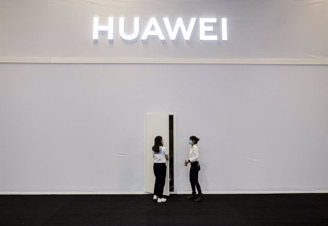 Archivo - 03 September 2020, Berlin: Two employees of the technology company Huawei stand in front of a side entrance to the company booth at the International Consumer Electronics Fair (IFA) which runs from 03 to 05 September. Photo: Fabian Sommer/dpa