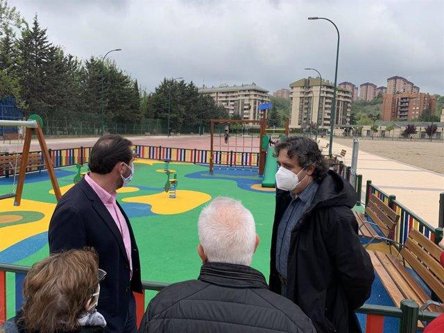 El alcalde, Óscar Puente (a la izquierda), en la visita a la nueva plaza de Costa Rica.