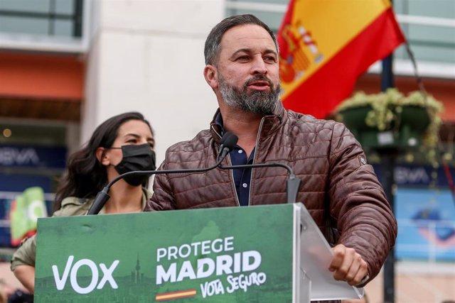 El líder de Vox, Santiago Abascal, realiza una intervención en el acto electoral del partido en Fuenlabrada, (Madrid, España), a 19 de abril de 2021