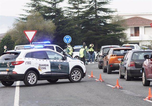 Archivo - Agentes de la Guardia Civil dan el alto a vehículos durante un control efectuado en Cantabria. Archivo