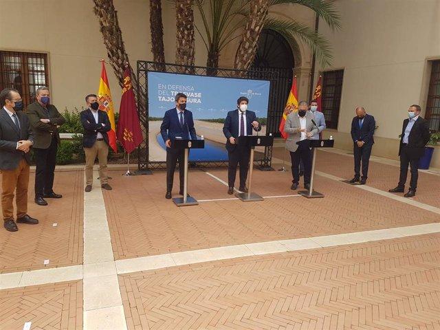 Los presidentes de la Región Murcia y de la Diputación de Alicante junto a representantes del sector agrícola