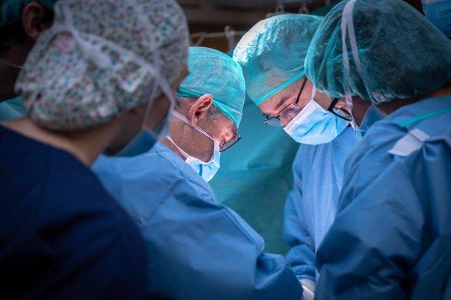 Archivo - El doctor François Quénet, especialista en cirugía oncológica y cofundador actual de Quénet Torrent Institute en el Hospital El Pilar, en quirófano.