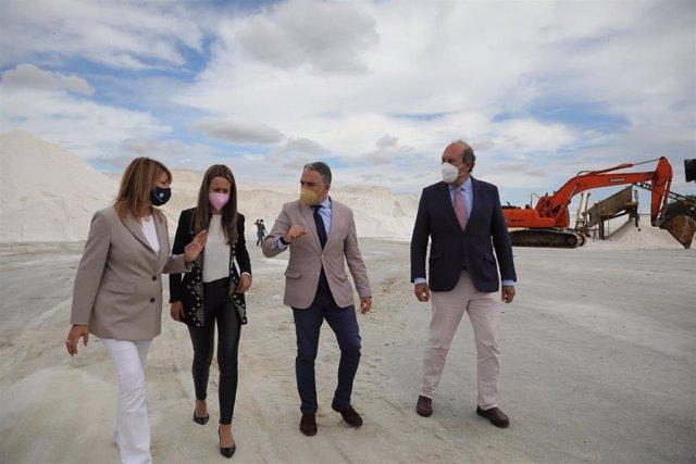 El consejero de Presidencia de la Junta, Elías Bendodo, en la empresa Salinas del Odiel.