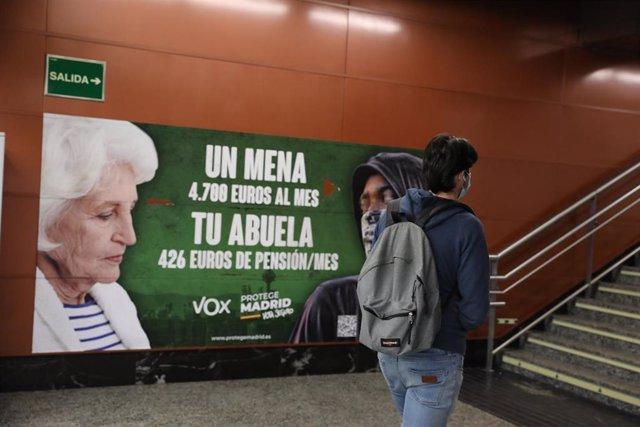 Cartel electoral de Vox en la estación de cercanías de Sol, a 21 de abril de 2021, en Madrid (España).