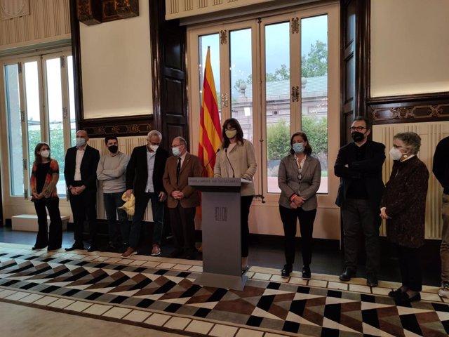 La presidenta del Parlament, Laura Borràs, amb representants del món científic.