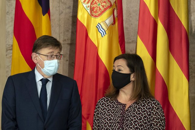 El president de la Generalitat Valenciana, Ximo Puig i la presidenta de les Illes Balears, Francina Armengol posen a la seua arribada per a una reunió, en el Palau de la Generalitat