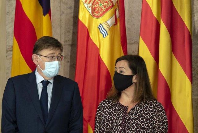 El presidente de la Generalitat Valenciana, Ximo Puig y la presidenta de les Illes Balears, Francina Armengol posan a su llegada para una reunión, en el Palau de la Generalitat