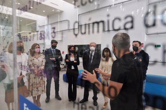 Consejeros de la Junta de Andalucía y la presidenta del Parlmento visitan la empresa Kimitec