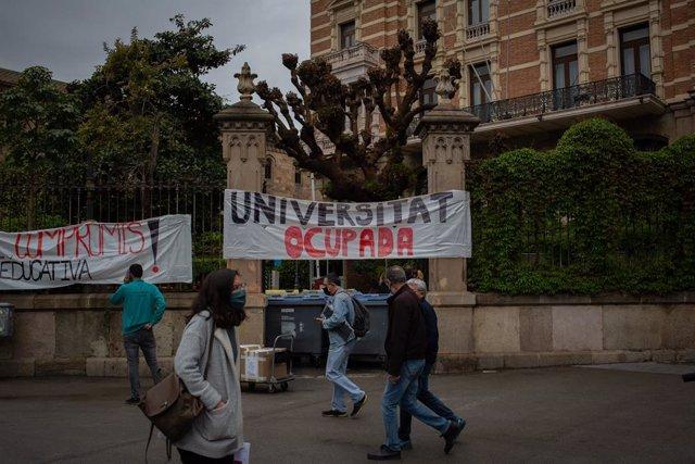 Un cartell penjat en un edifici ocupat de la Universitat de Barcelona.