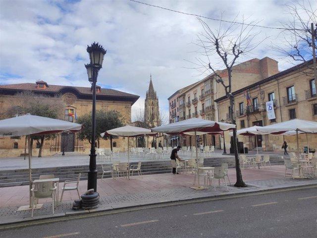 Archivo - Terrazas de hostelería en la plaza de Porlier, en Oviedo