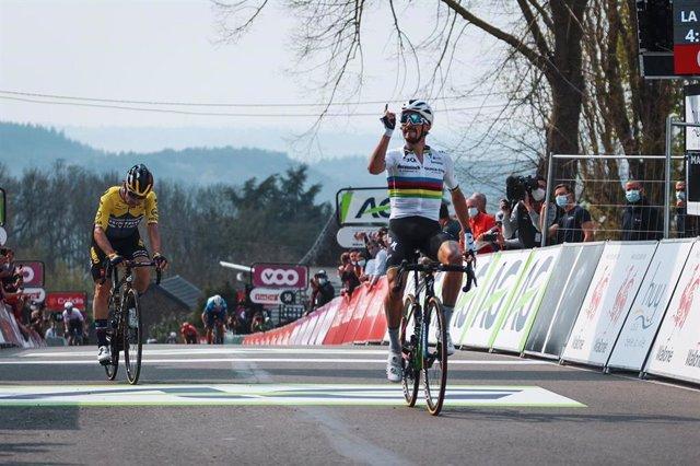 El ciclista francés Julian Alaphilippe (Deceuninck-Quick Step), ganador de La Flecha Valona 2021 por delante de Primoz Roglic (Jumbo-Visma), en un recorrido de 193,6 kilómetros entre Charleroi y Huy