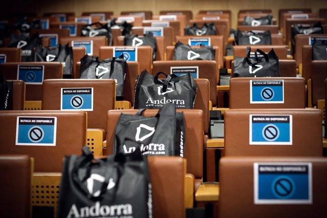 El pati de butaques de la sala on se celebren els panells, amb els cartells que indiquen on seure per mantenir la distància.