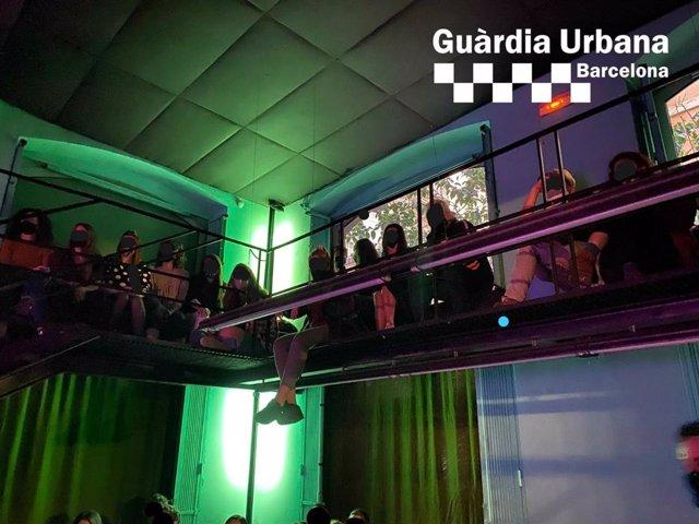 Arxiu - La Guàrdia Urbana desallotja 54 persones d'una festa en un bar musical de Ciutat Vella a Barcelona.