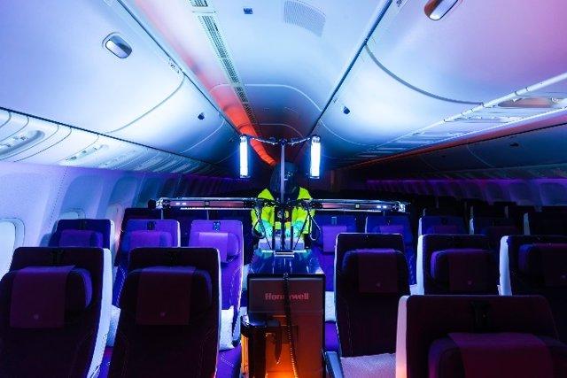 Uso del sistema de cabina de Honeywell de rayos ultravioleta (UV) en un avión de Qatar Airways.