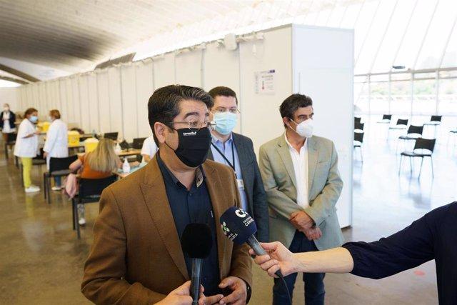 El presidente del Cabildo de Tenerife, Pedro Martín, visita el punto de vacunación masiva instalado en el Recinto Ferial