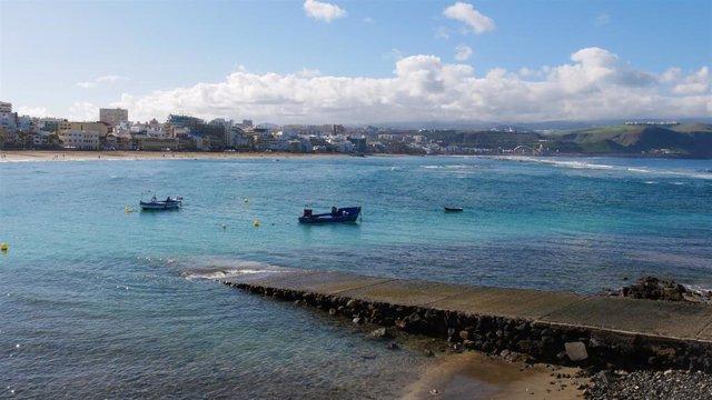 Archivo - Ambiente en la Playa de las Canteras el día del comienzo del invierno, en Las Palmas de Gran Canaria, Canarias (España), a 21 de diciembre de 2020. Hoy, que tiene lugar el solsticio de invierno, en España hay grandes diferencias de temperaturas
