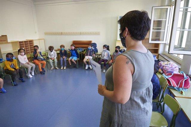 Archivo - Una profesora con sus alumnos en clase en el Colegio Público Víctor Pradera en el primer día de colegio del curso escolar 2020-2021