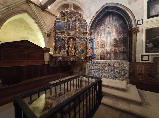 Fotografía de archivo de las pinturas góticas de la Catedral de Salamanca.