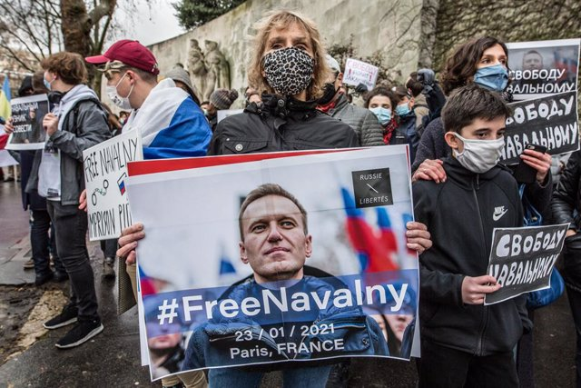 """Archivo - 23 January 2021, France, Paris: Aprotesters holds a poster with the inscription """"#Free Navalny"""" during a protest at the Trocadero against the jailing of Russian opposition leader Alexei Navalny. Photo: Sadak Souici/Le Pictorium Agency via ZUMA/"""