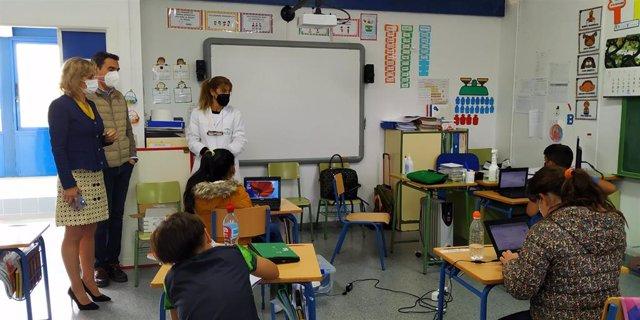 La delegada de Educación y Deporte, Inmaculada Troncoso, visita CEIP Los Mochos.