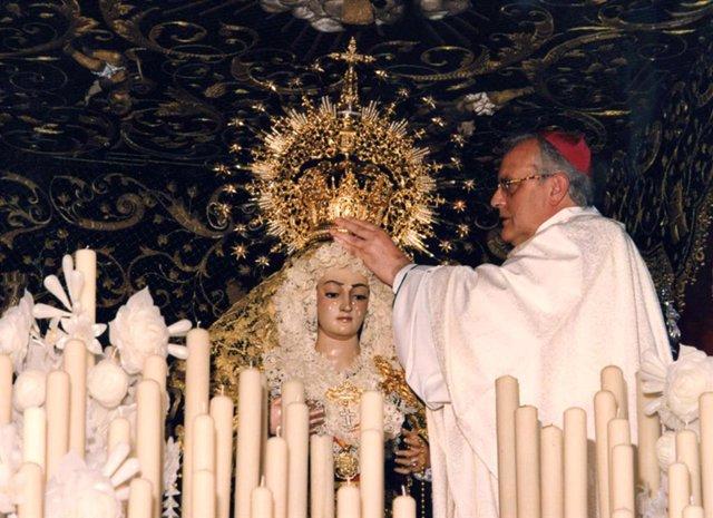El Cardenal Arzobispo emérito de Sevilla, Carlos Amigo, coronó canónicamente a Nuestra Señora de los Dolores en su Soledad el 15 de junio de 1996.