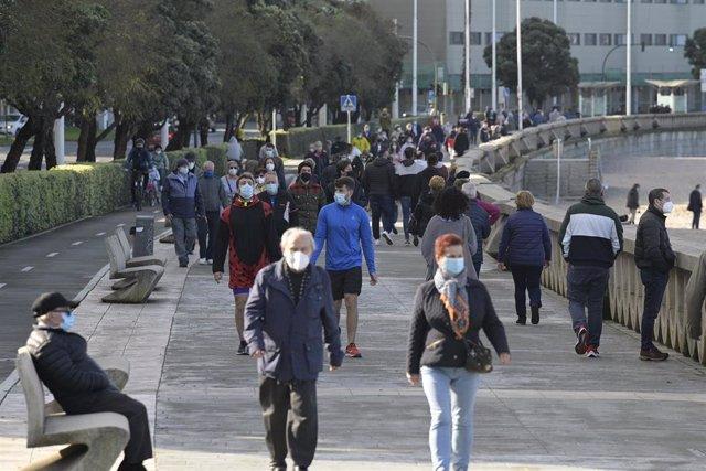 Archivo - Varias personas con mascarillas disfrutan de un día de primavera anticipada en A Coruña