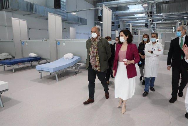 Archivo - La presidenta de la Comunidad de Madrid, Isabel Díaz Ayuso, acompañada del viceconsejero Antonio Zapatero , durante su visita al inicio del proceso de vacunación del HospitalEnfermera Isabel Zendal, en Madrid, (España), a 23 de febrero de 2021.