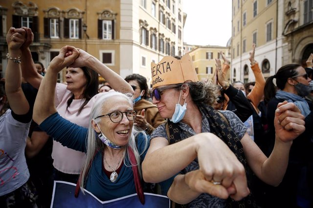 21 April 2021, Italy, Rome: People gather in front of the Montecitori Palace as they take part in a protest against the coronavirus vaccine obligation. Photo: Cecilia Fabiano/LaPresse via ZUMA Press/dpa