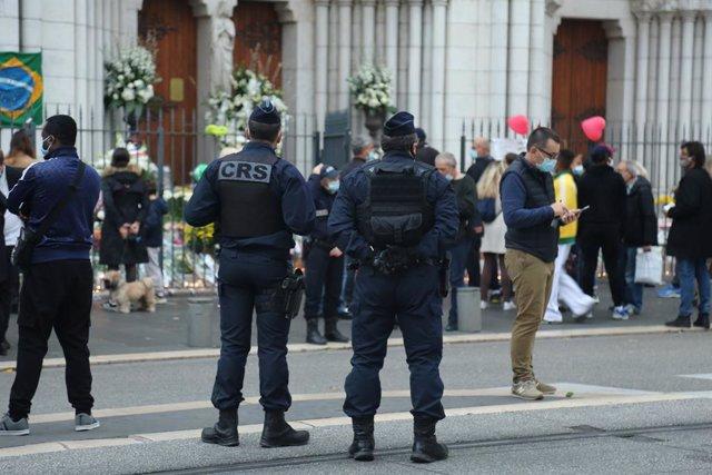 Agentes de la Policía francesa vigilan la entrada de la basílica de Notre Dame días después de que se produjera un atentado terrorista
