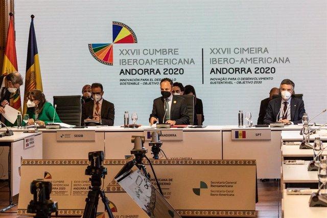 La secretaria general Iberoamericana, Rebeca Grynspa y el jefe del Gobierno de Andorra, Xavier Espot, durante el pleno de la  Cumbre Iberoamericana