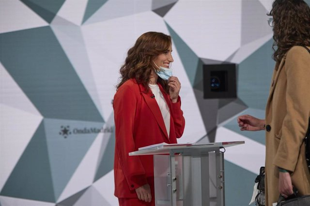 La candidata de Más Madrid a la Presidencia de la Comunidad de Madrid, Mónica García, se prepara antes de que de comienzo el primer debate electoral previo a los comicios a la Asamblea de Madrid