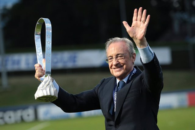Archivo - 25 August 2020, Switzerland, Nyon: Real Madrid president Florentino Perez celebrates with the UEFA Youth League trophy after Real Madrid's victory in the UEFA Youth League soccer match between SL Benfica Juniors and Real Madrid Juvenil at Colovr